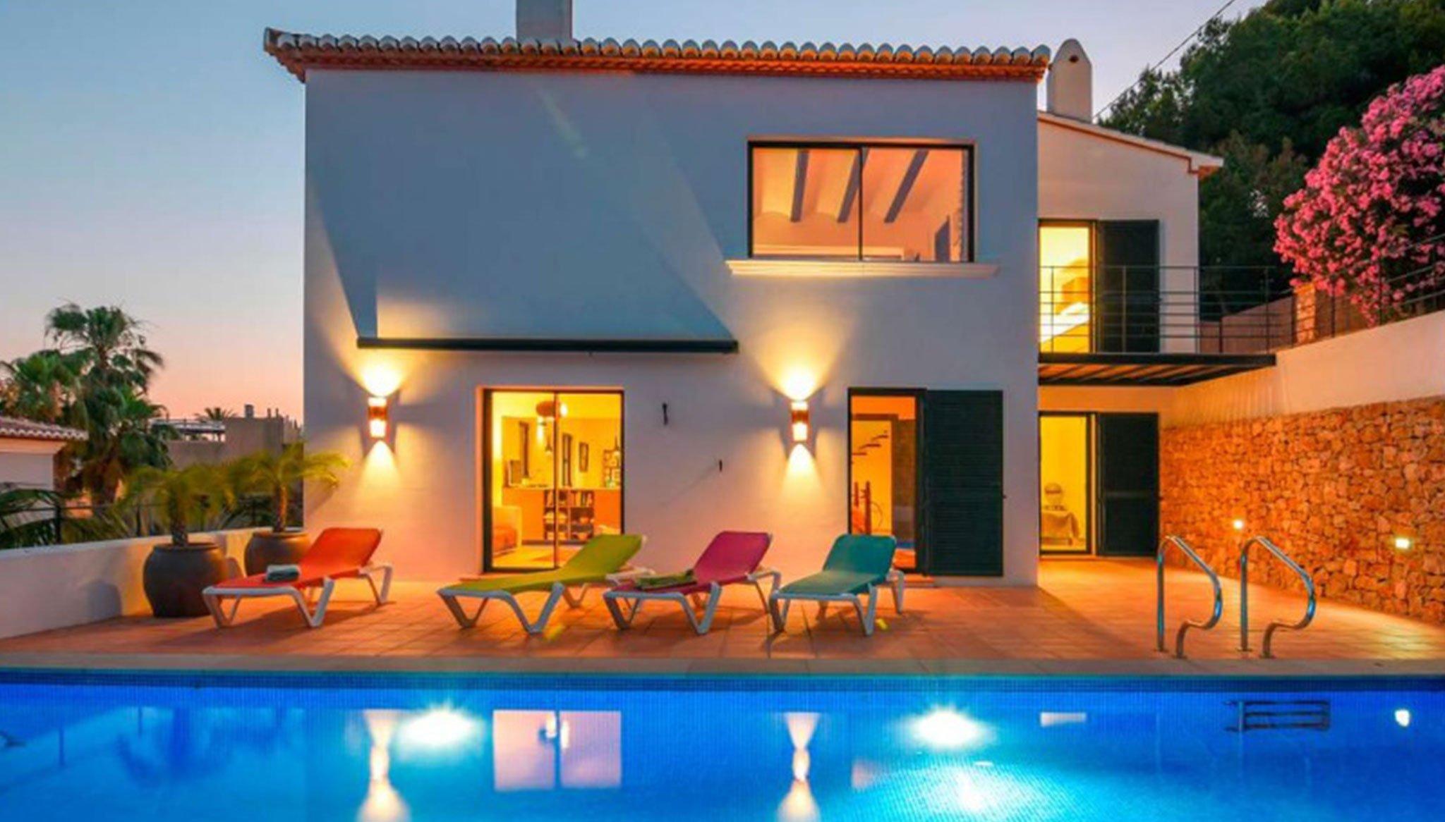 Vista exterior nocturna de una villa en venta en el puerto de Jávea – MORAGUESPONS Mediterranean Houses