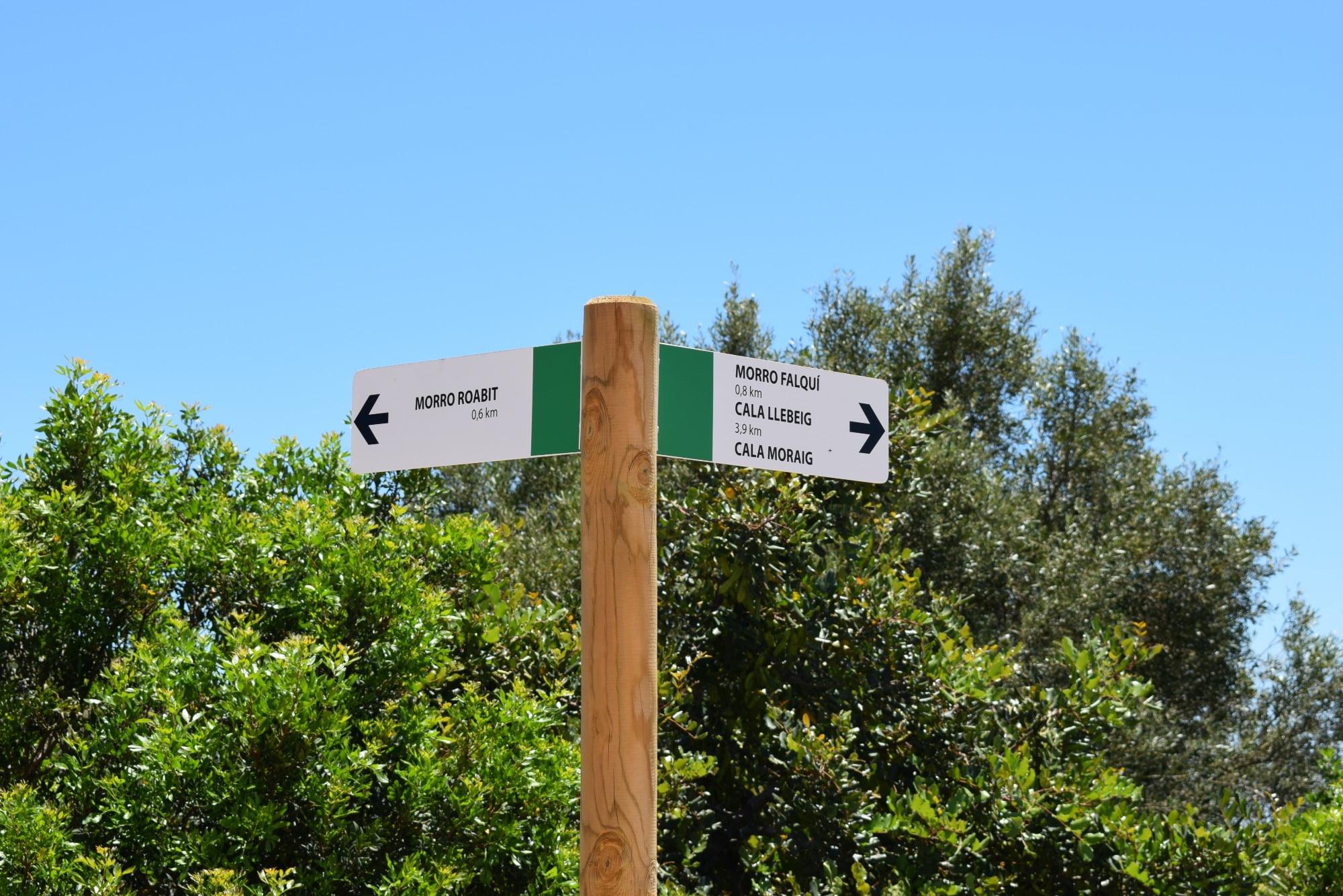 Indicaciones de la nueva ruta senderista por acantilados de Benitatxell