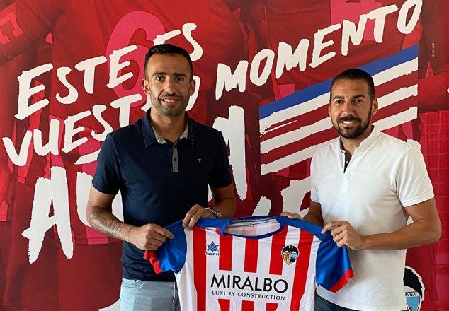 Imagen: Javi Hernández tras su renovación con el CD Jávea