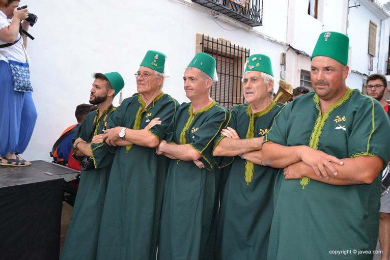 Las filaes moras y cristianas visitan el centro histórico (53)