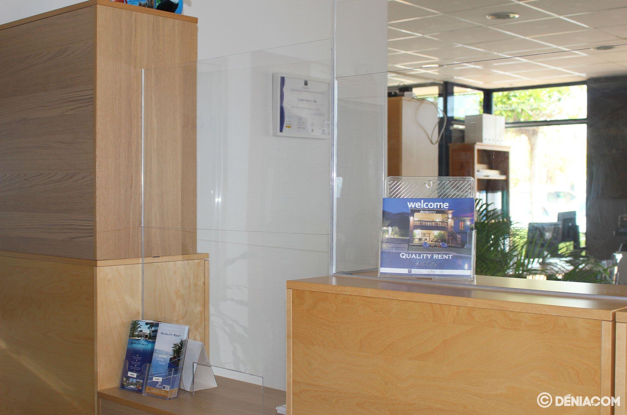 Mampara protectora en la oficina de Quality Rent a Villa