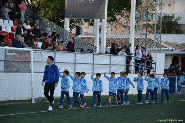 Imatge: Prebenjamins de l'CD Xàbia desfilant davant la tribuna