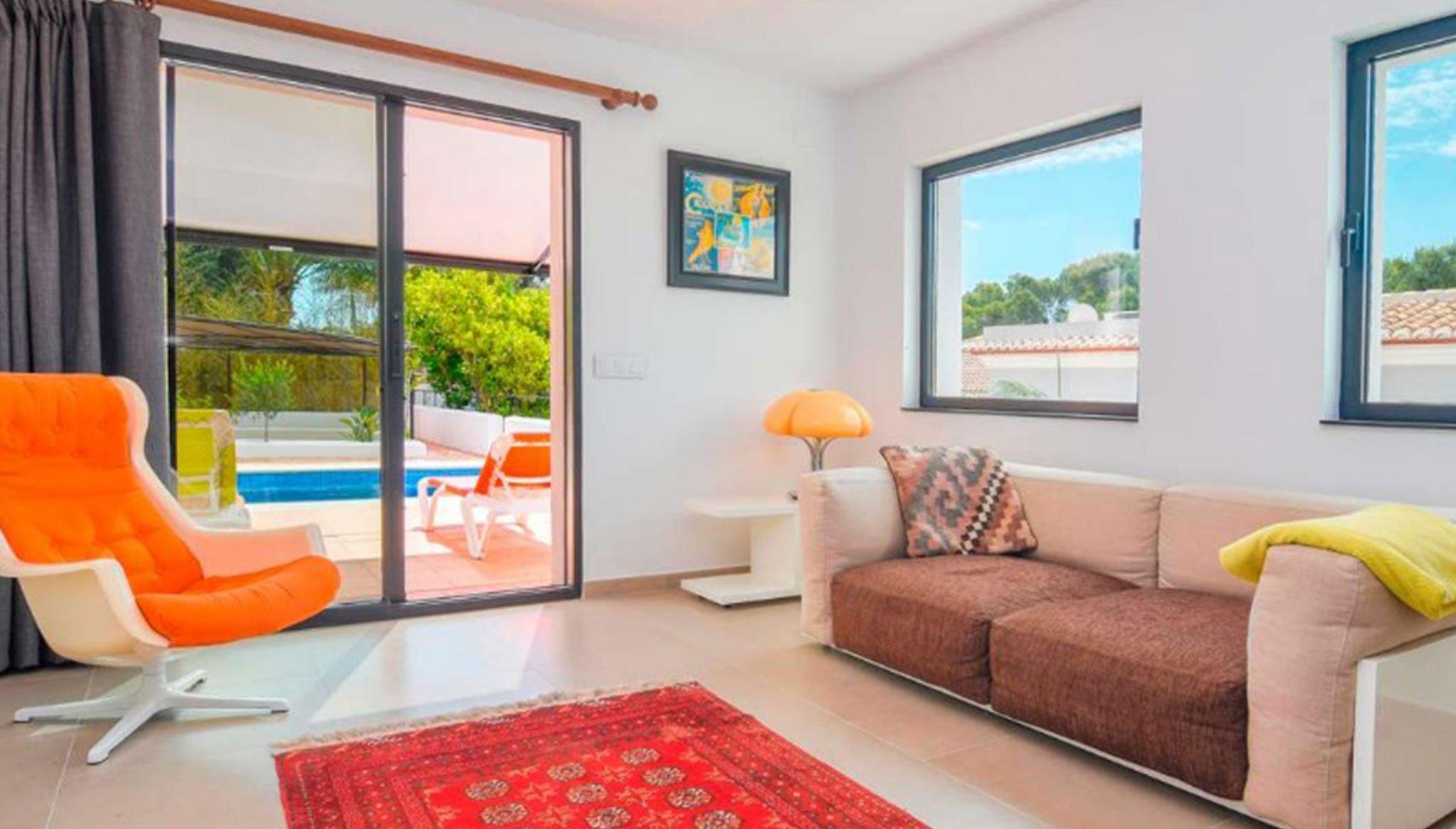 Salón con salida a la piscina en una villa en venta en el puerto de Jávea – MORAGUESPONS Mediterranean Houses