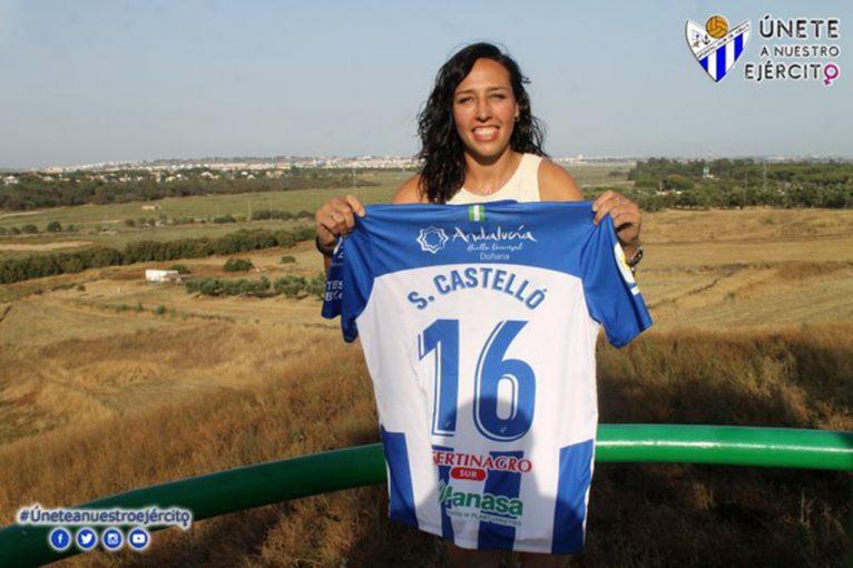 Sandra Castelló con la camiseta del club onubense