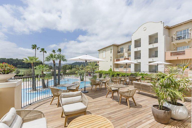 Gran terraza junto a la piscina - Hotel Dénia Marriott La Sella Golf Resort & Spa