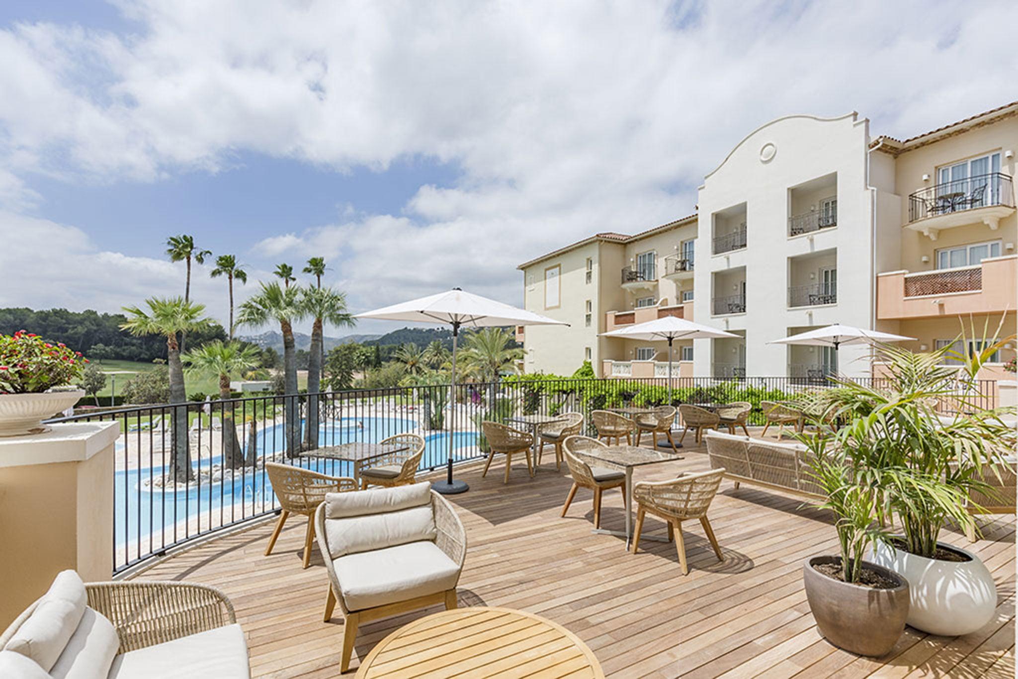 Gran terraza junto a la piscina – Hotel Dénia Marriott La Sella Golf Resort & Spa