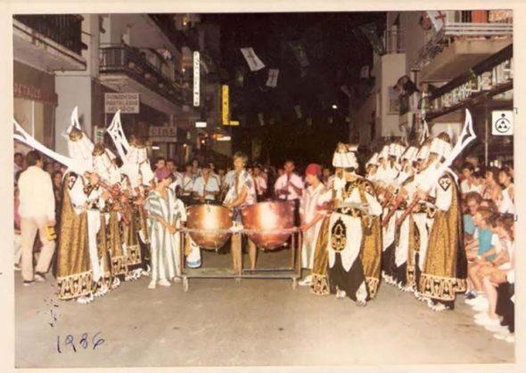 Imagen: Timbalero en el desfile de 1986 con la Filà Jalufos abriendo el paso