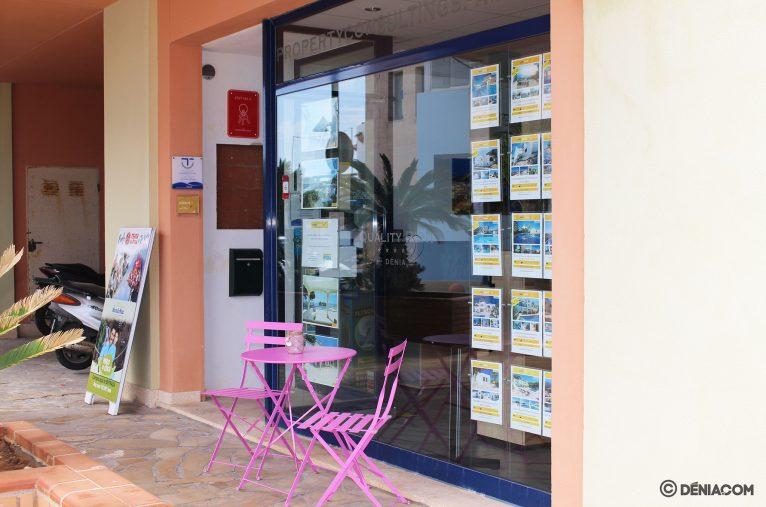 Zona exterior para la espera - Quality Rent a Villa