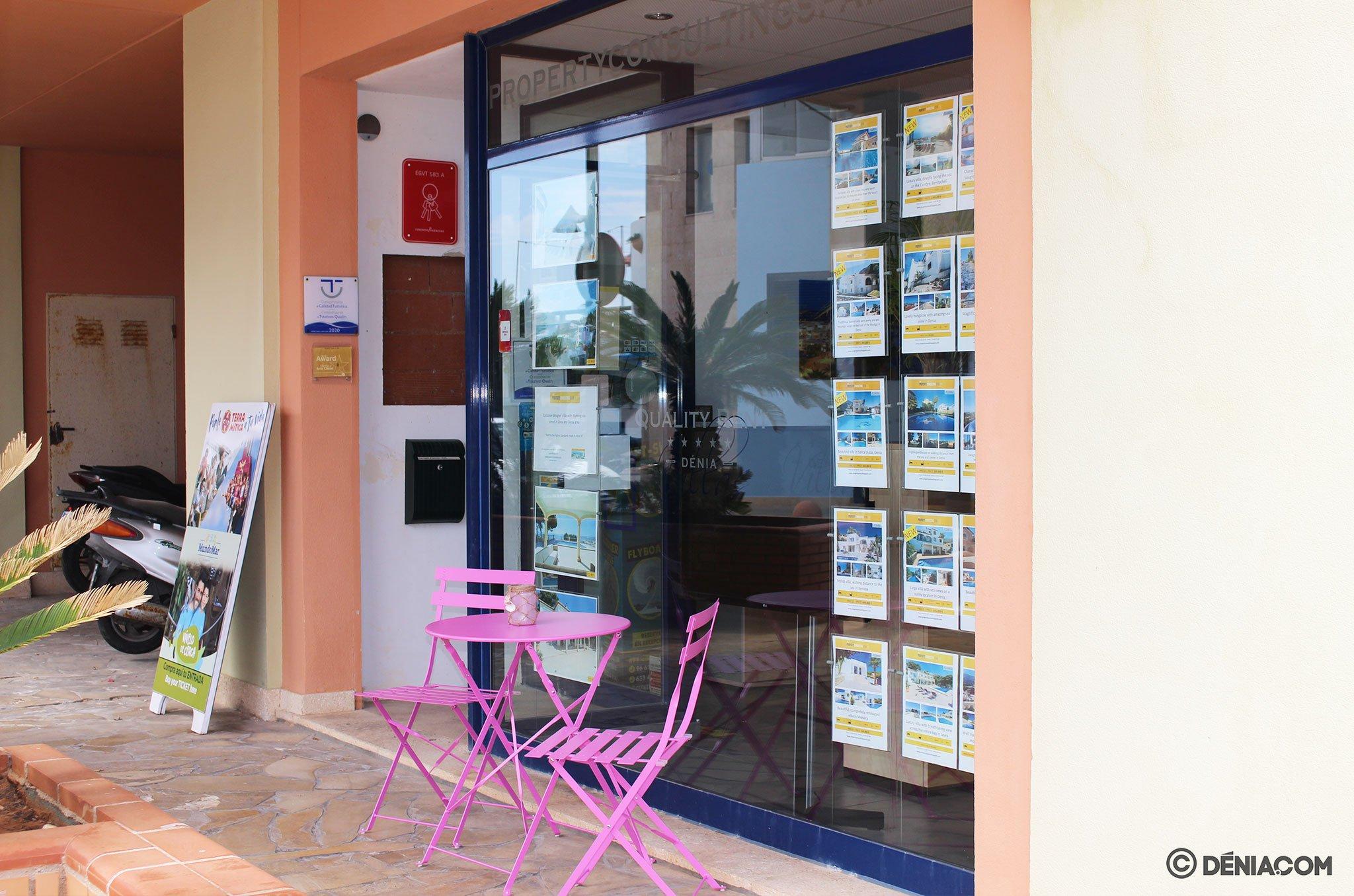 Zona exterior para la espera – Quality Rent a Villa