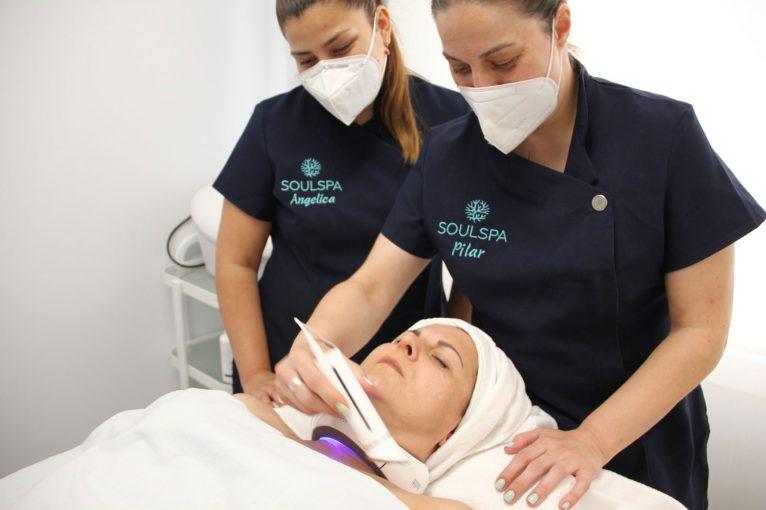 Aplicación del tratamiento Inhibit Neck-Lift de Natura Bissé en Soulspa Beauty & Experience