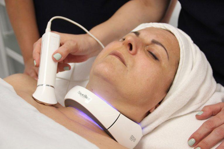 Detalle de la aplicación del tratamiento Inhibit Neck-Lift de Natura Bissé en Soulspa Beauty & Experience