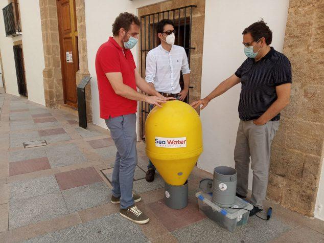 Imagen: El concejal de playas con los respnsables del proyecto