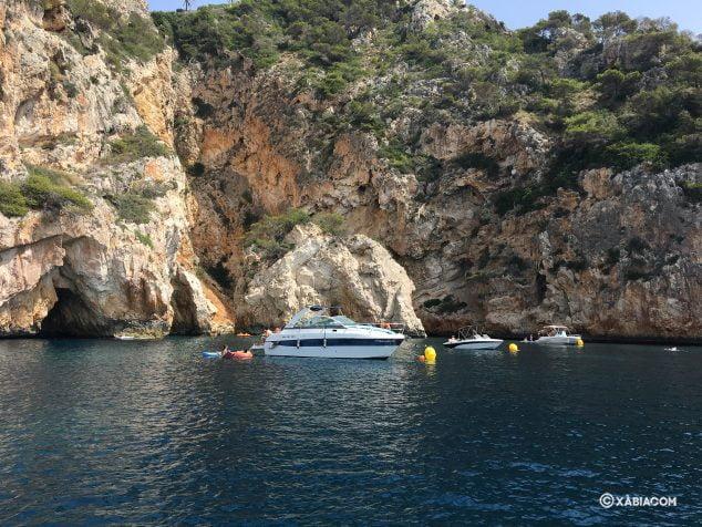 Afbeelding: Boten afgemeerd aan de kust van Xàbia
