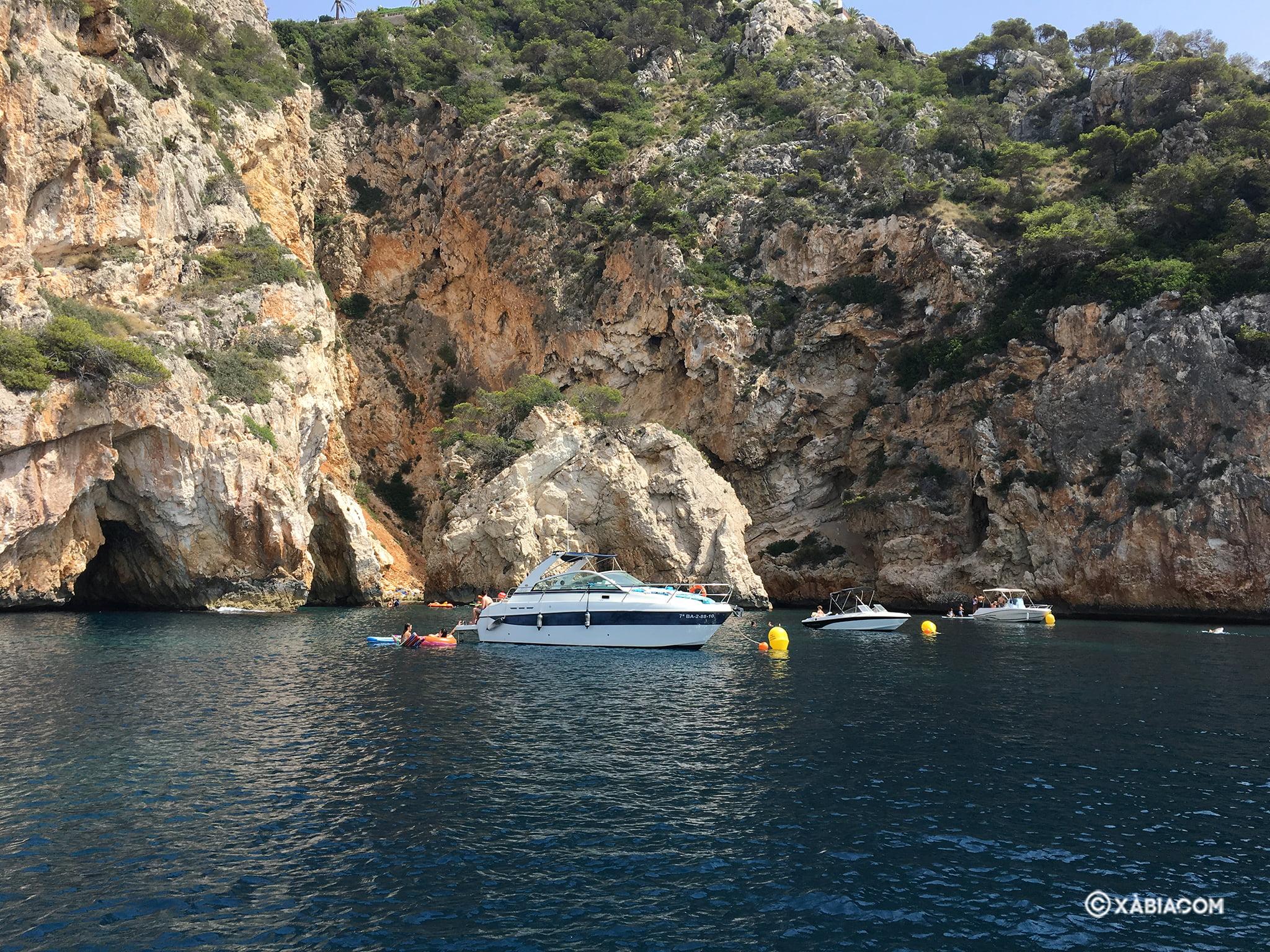 Embarcaciones amarradas en el litoral de Xàbia
