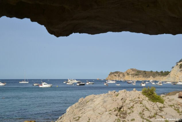 Imatge: Embarcacions d'esbarjo fondejades al litoral de Xàbia