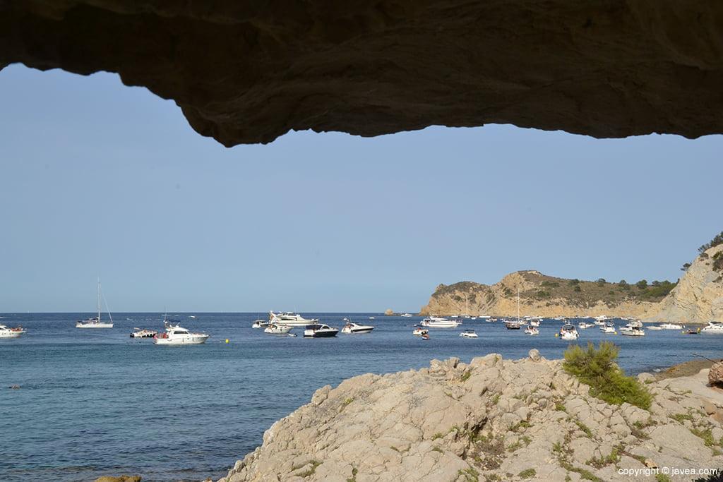 Embarcaciones de recreo fondeadas en el litoral de Xàbia