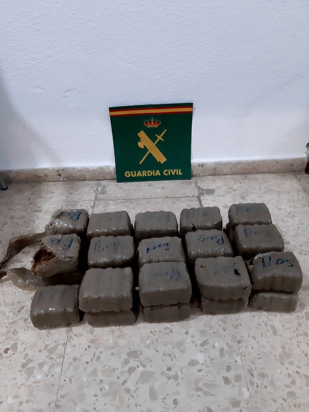 Fardos de droga recuperados por la Guardia Civil
