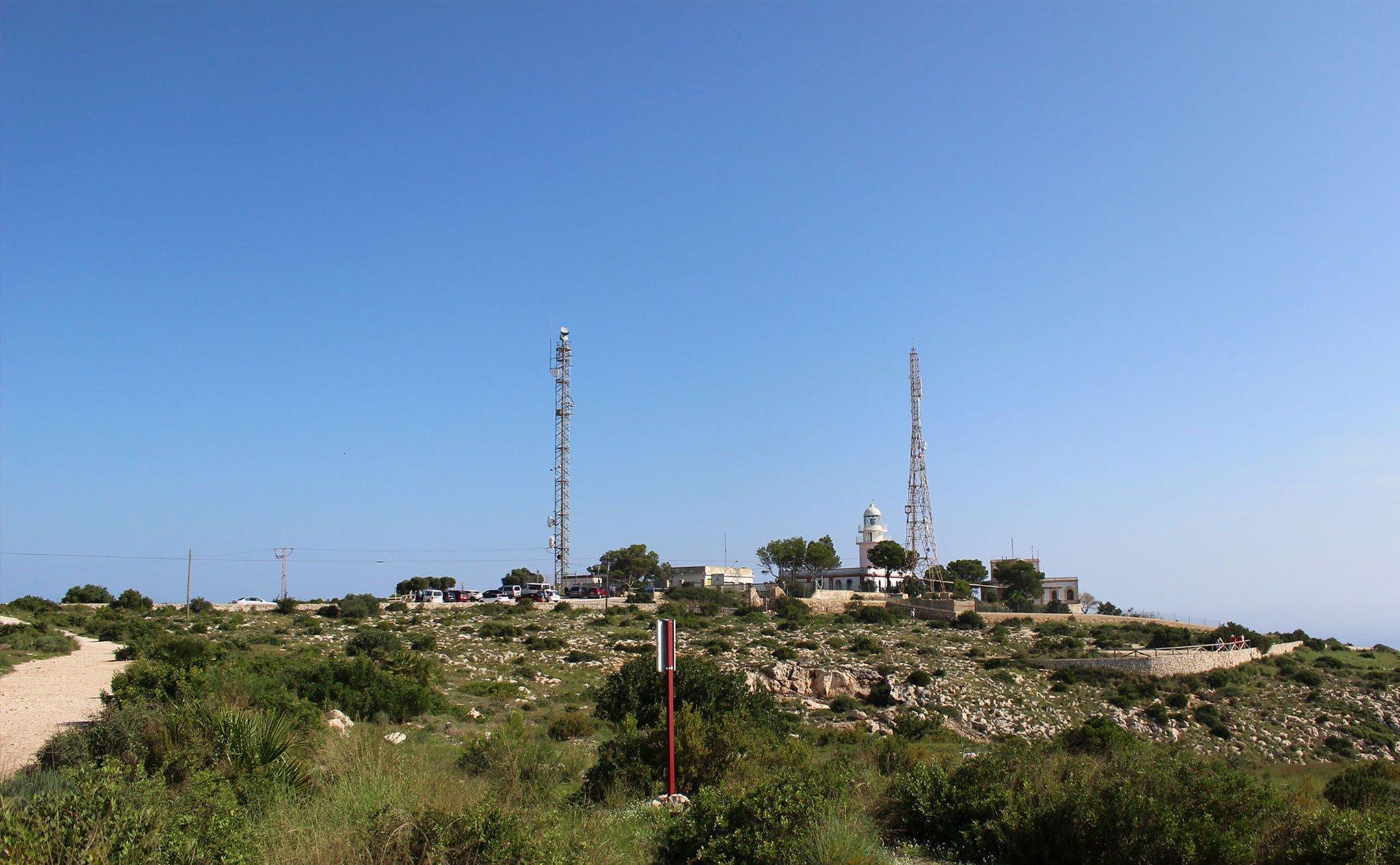 El faro del Cabo de San Antonio a lo lejos