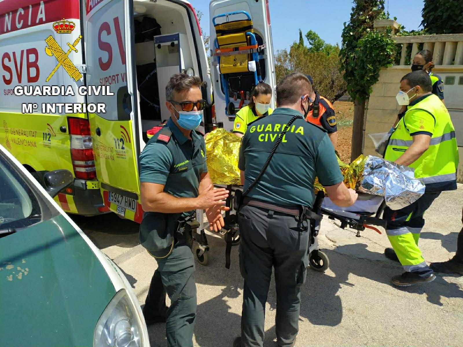 La Guardia Civil traslada en ambulancia al octogeniario