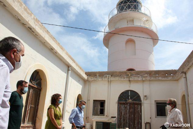 Imagen: La secretaria autonómica conoce el proyecto del Faro del Cap de Sant Antoni