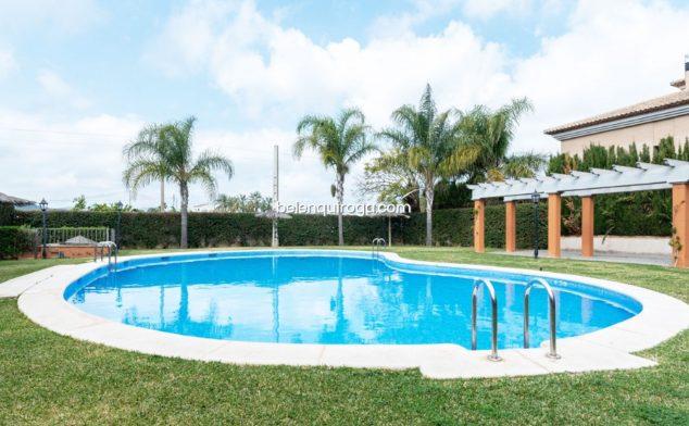 Imagen: Bonita piscina en la zona común de un apartamento en venta en Jávea - Inmobiliaria Belen Quiroga