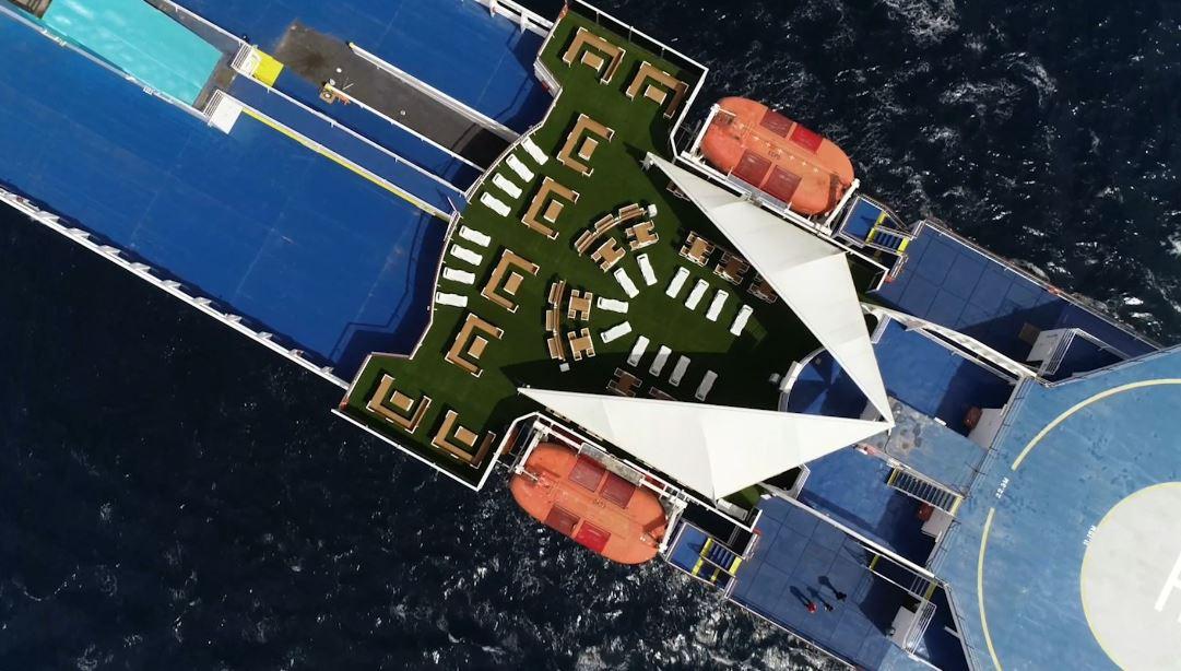 Terraza de un buque de Baleària