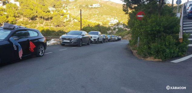 Imagen: Vehículos ya estacionados en la Cala de la Granadella a las 8.30 horas de este domingo