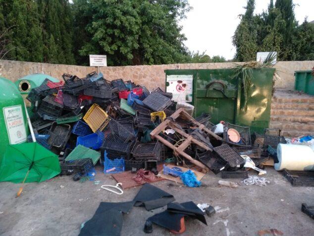 Imagen: Vertidos ilegales en un punto verde de Xàbia