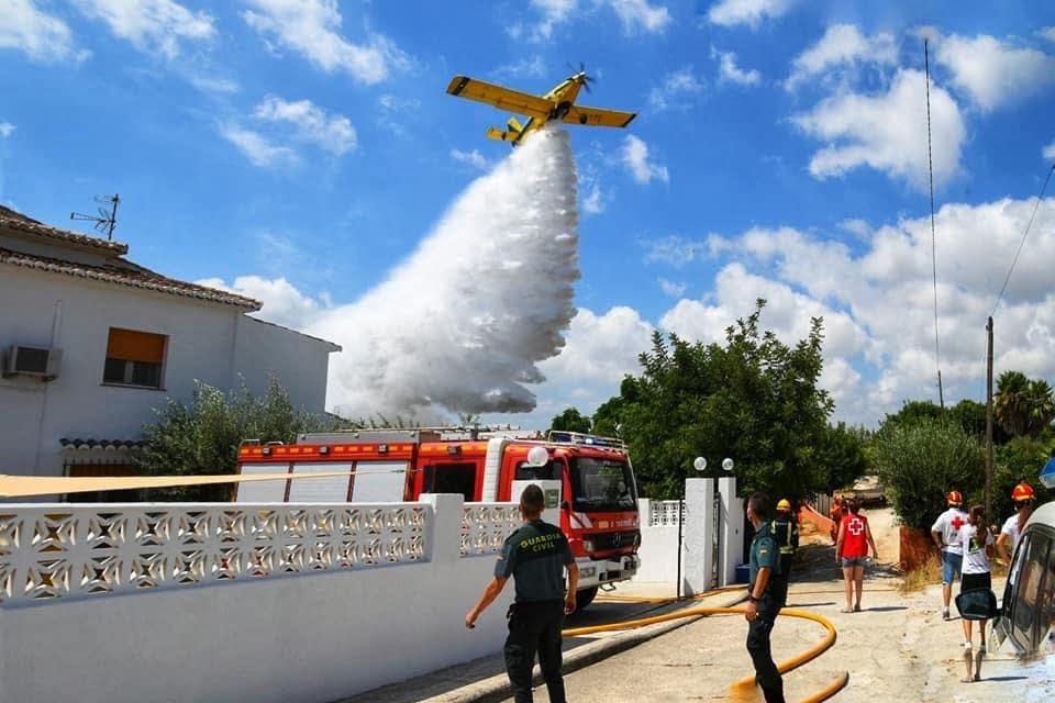 Labores de extinción en el incendio dels Tossals