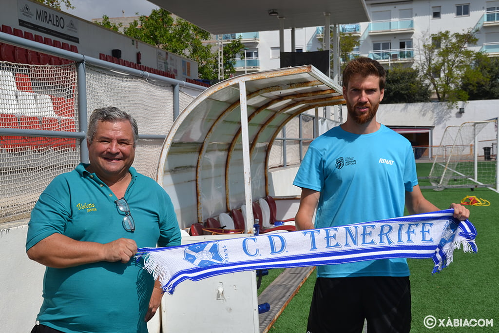 Adrián Ortolá junto a un aficionado