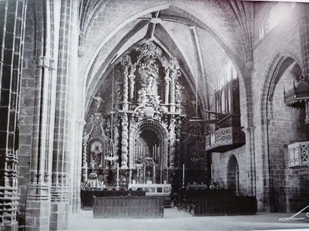 Imagen: Altar Mayor de la Iglesia de San Bartolomé de  Jávea, antes de su destrucción durante la Guerra Civil del 36 | El órgano se ve a la derecha del altar