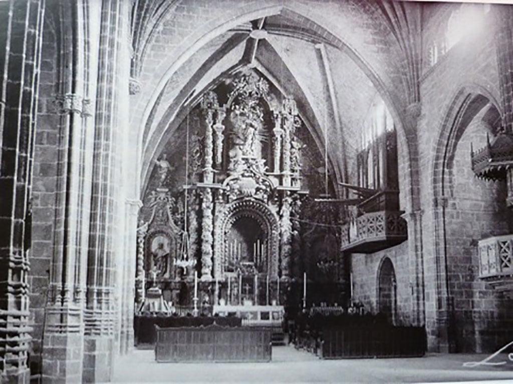 Altar Mayor de la Iglesia de San Bartolomé de  Jávea, antes de su destrucción durante la Guerra Civil del 36   El órgano se ve a la derecha del altar