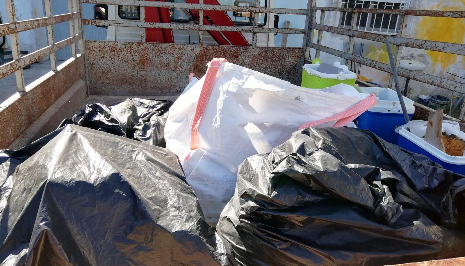 Basura recogida por Medio Ambiente en la cala de Benitatxell