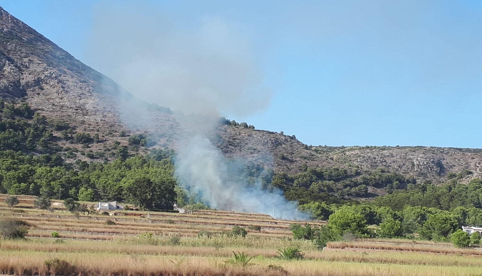 Columna de humo cerca del Montgó