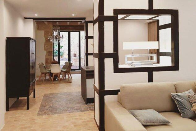 Image: Salle à manger avec accès au patio intérieur dans une maison de ville à vendre à Jávea - Atina Inmobiliaria