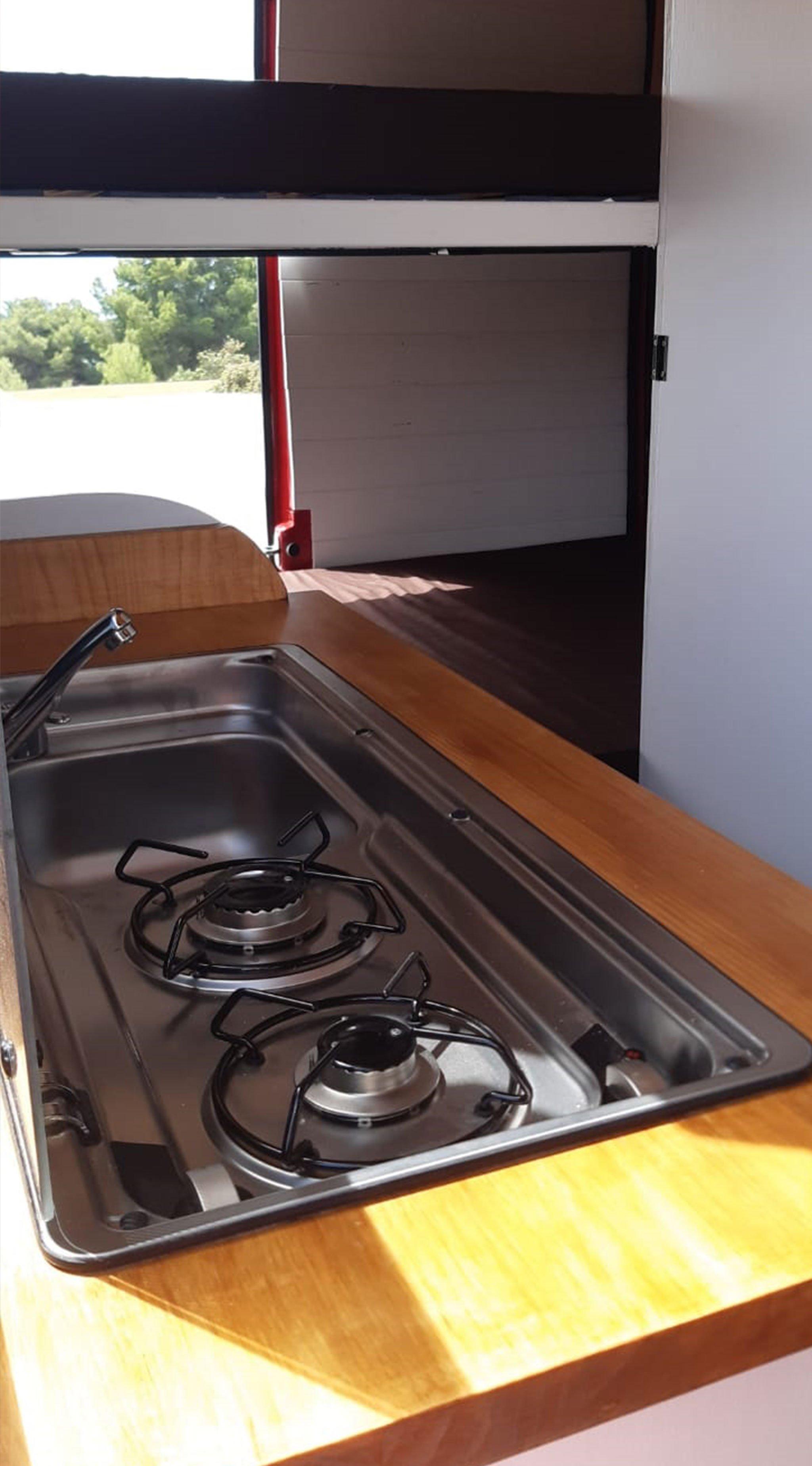 Detalle de la cocina de la nueva furgoneta de Road Trip Adventure