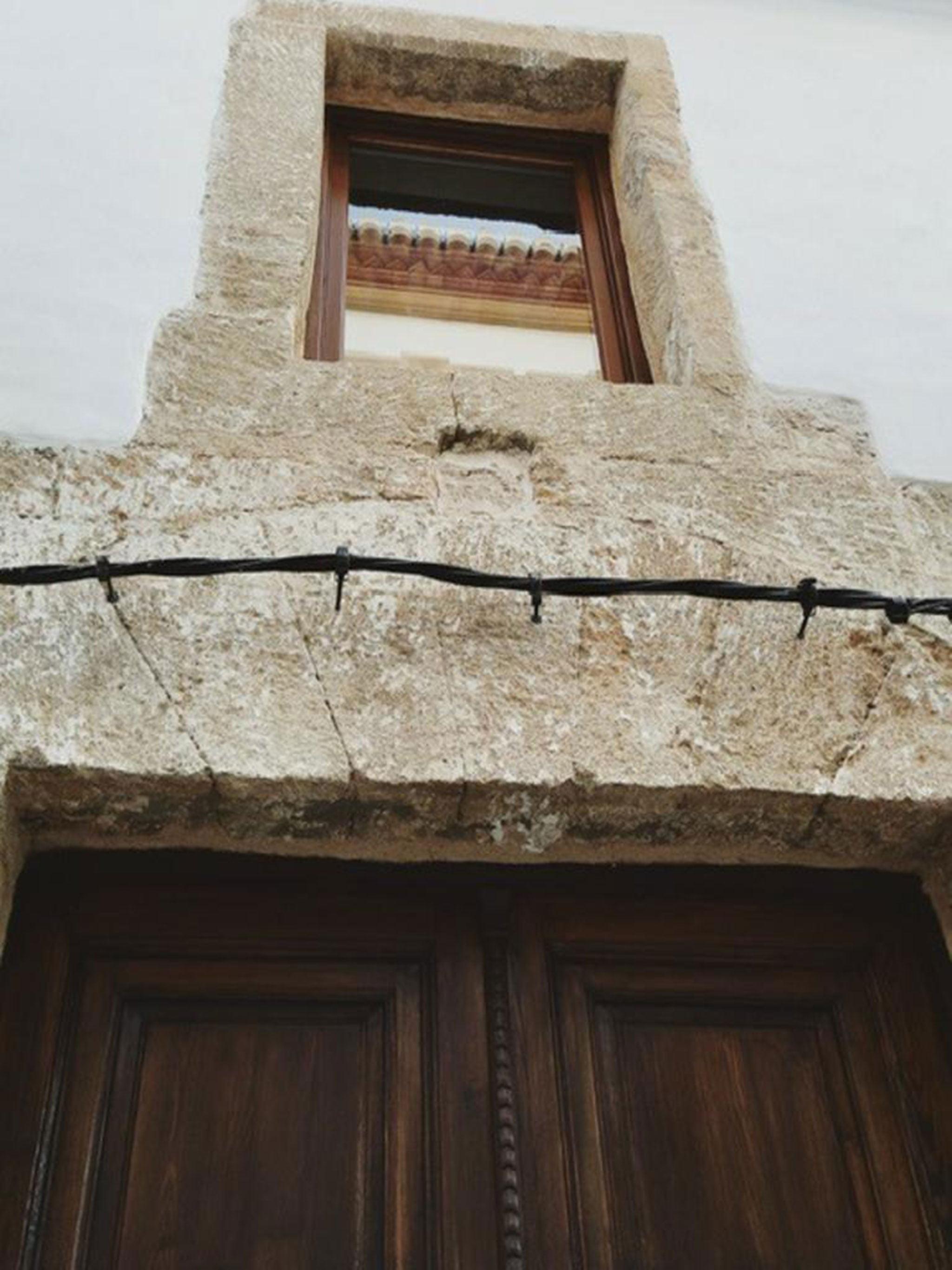 Detalle de la puerta principal de una casa de pueblo en venta en Jávea – Atina Inmobiliaria