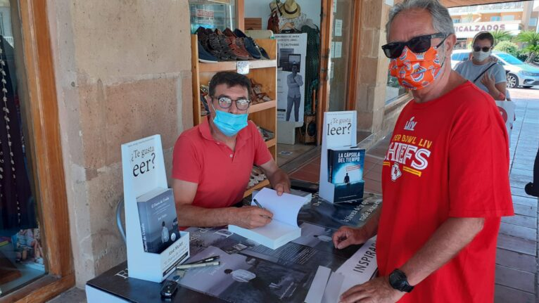 José Mulet firma su libro sobre La Criminala