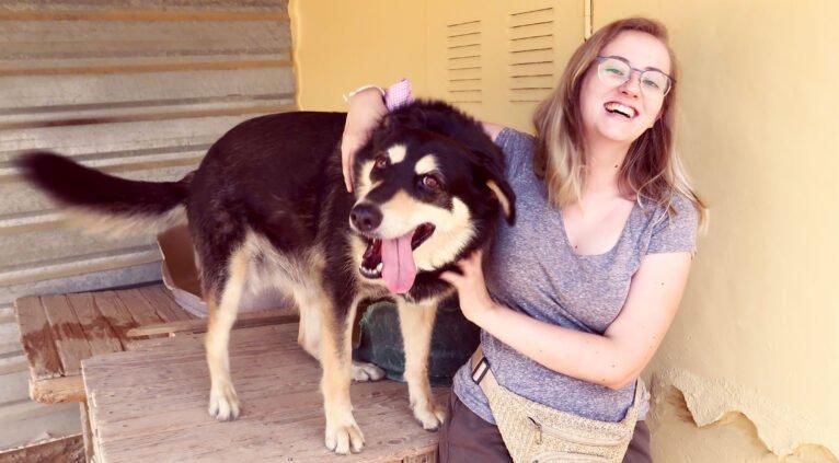 Stephanie junto a Iris en APASA