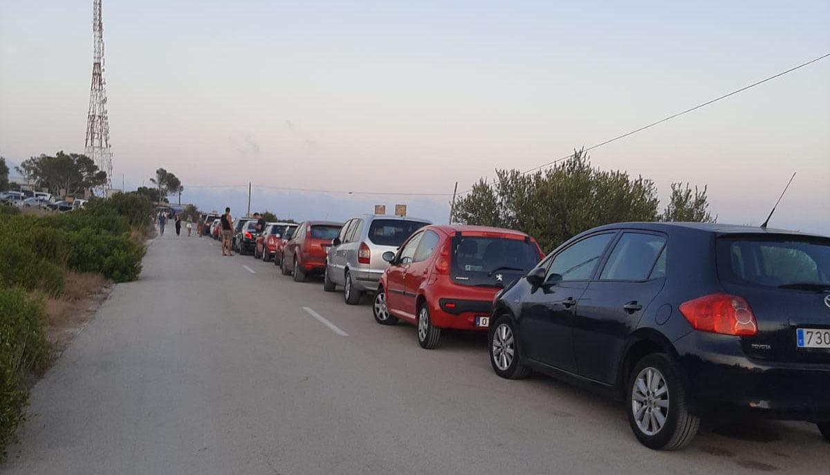 Vehículos mal estacionados en el acceso al faro