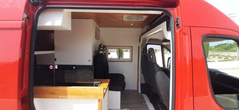 Vista interior de la nueva furgoneta de Road Trip Adventure