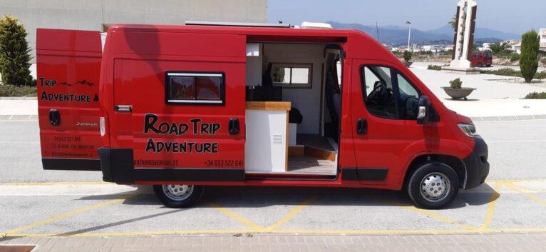 Vista con las puertas abiertas de la nueva furgoneta de Road Trip Adventure