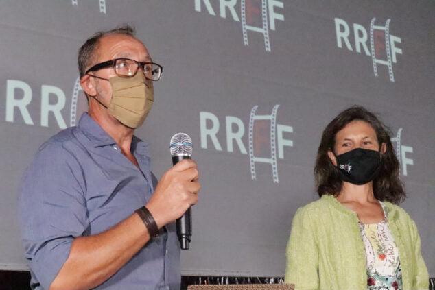Imatge: Paco Torner, de la Fundació Oceanogràfic i Marta Lorenzi, anunciant el premi a _uNpACKAGING_