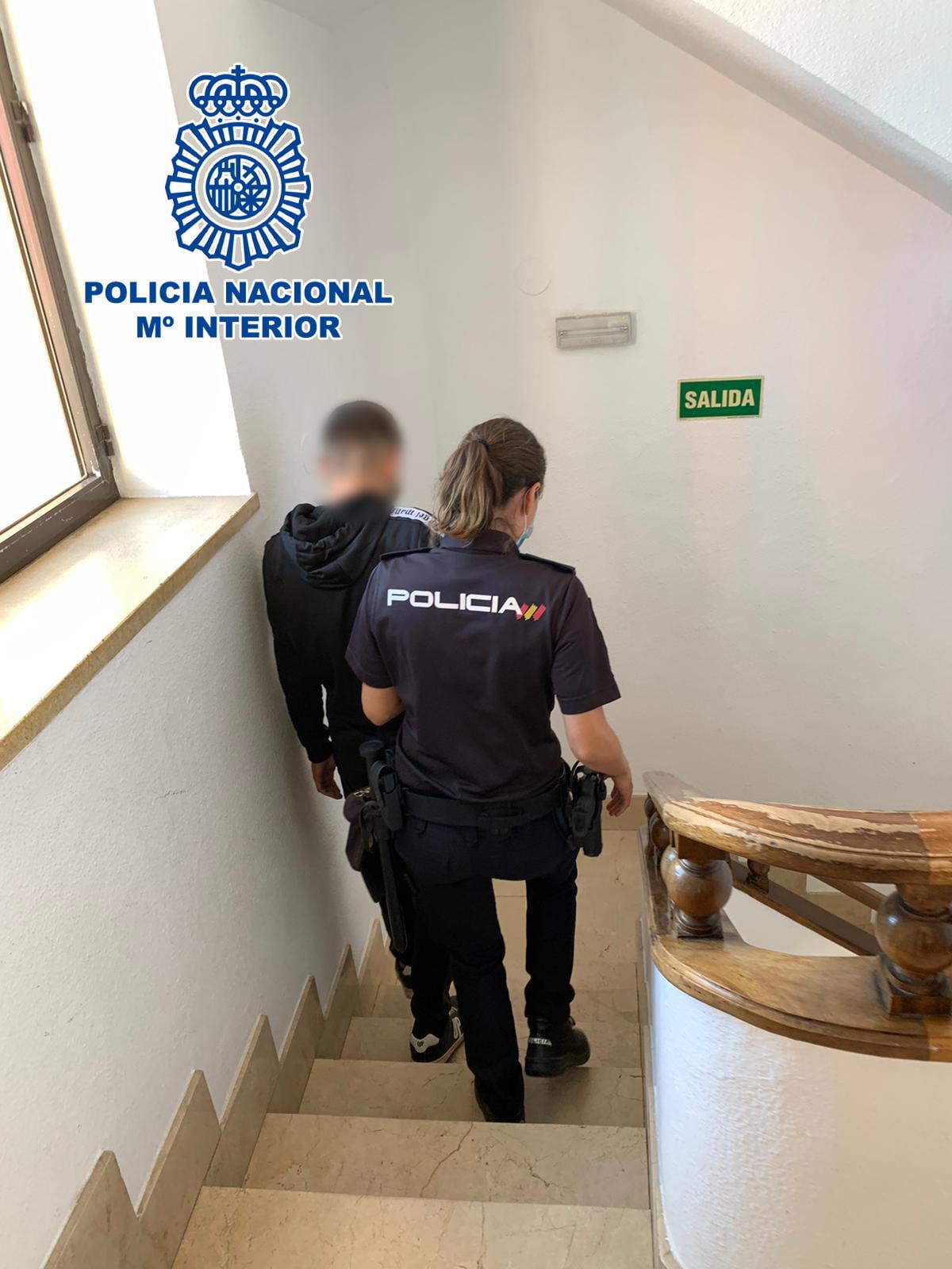 Agente de la Policía Nacional con el detenido