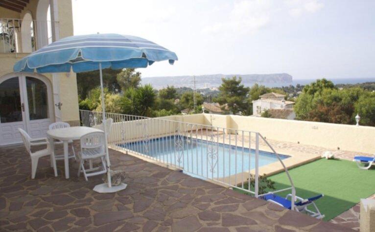 Alrededores de la piscina en un chalet en venta en Jávea - Terramar Costa Blanca