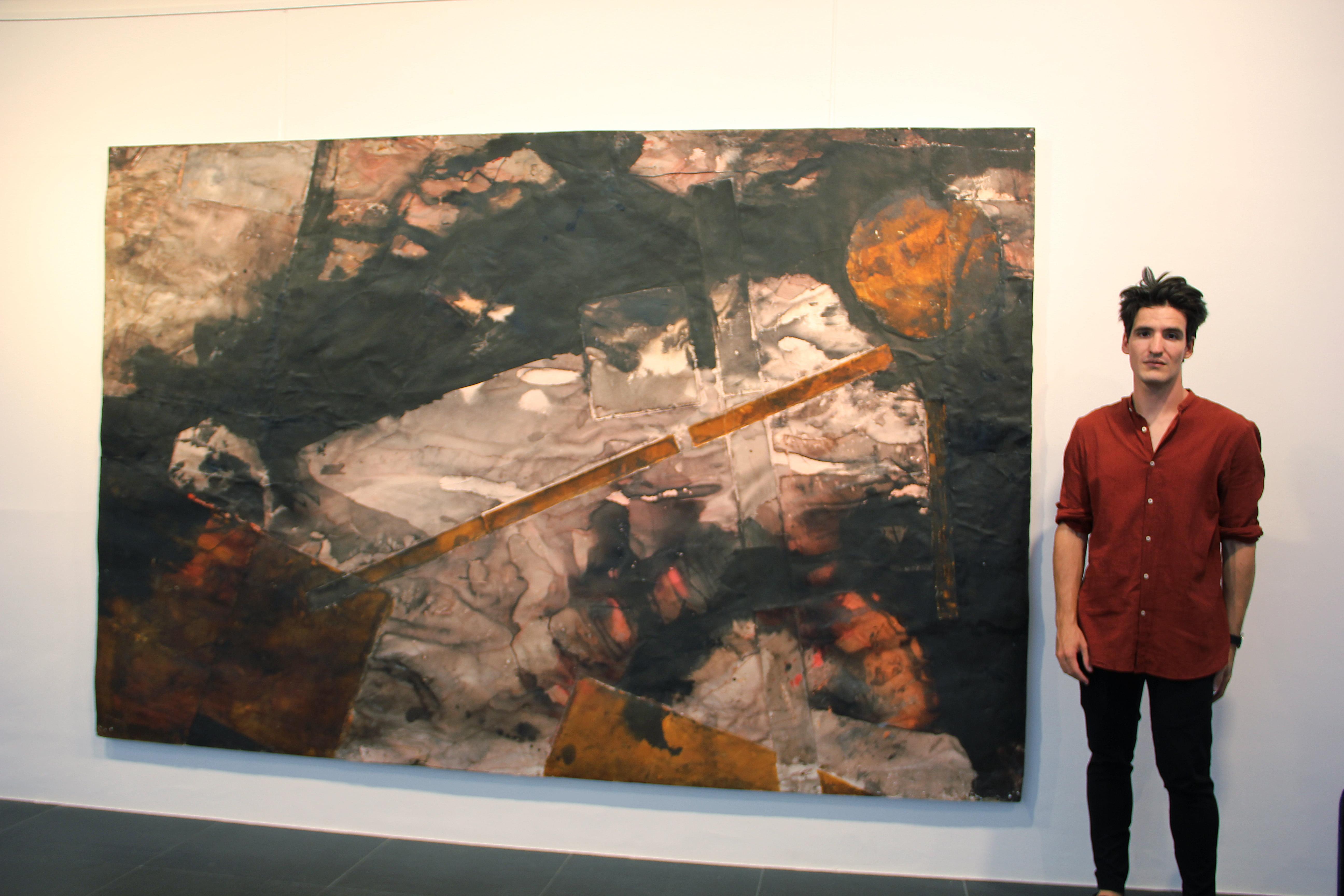 Andrés Escrivá junto a una de sus obras