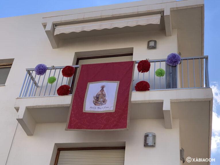 Balcón engalanado en honor a la Virgen de Loreto