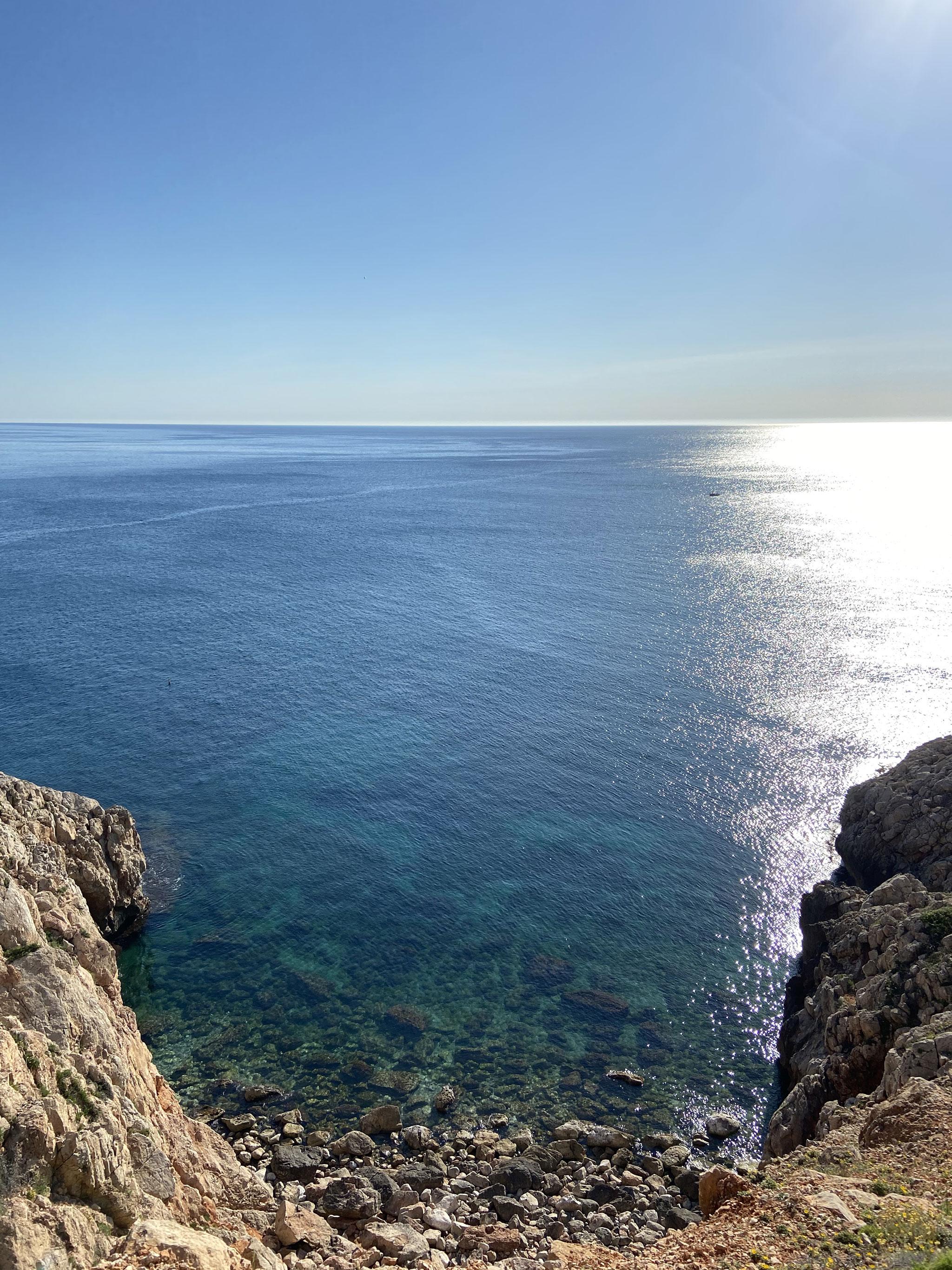 Cala de aguas cristalinas alrededor de la Cova Tallada