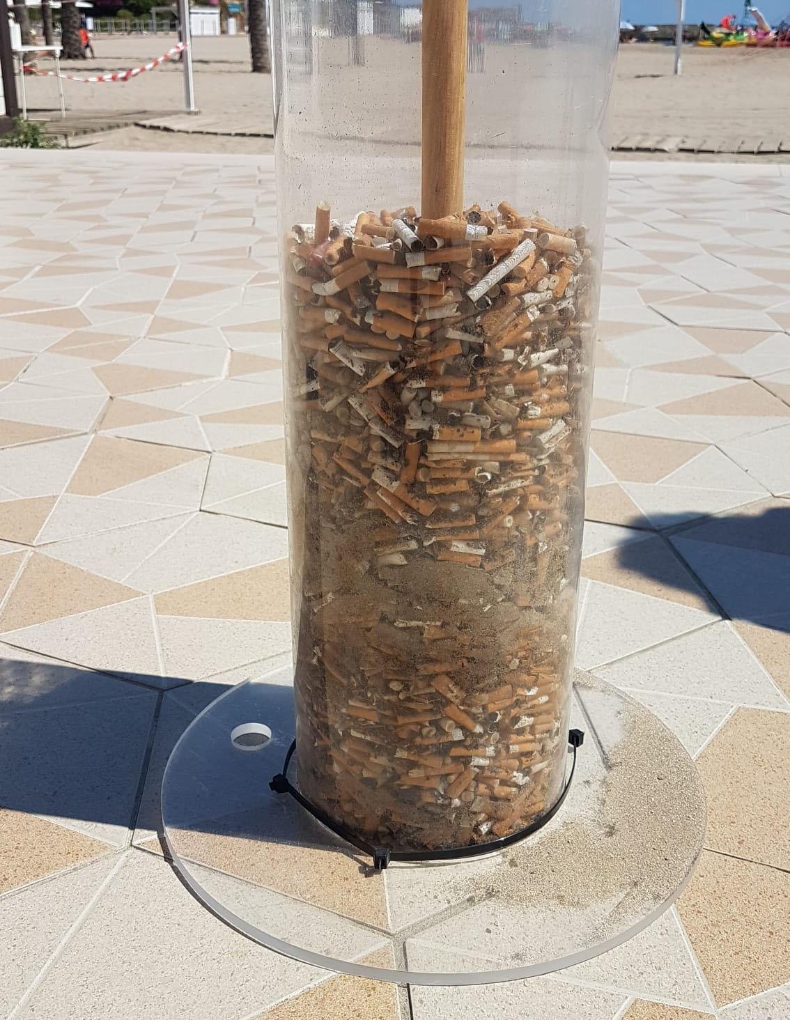 Cilindro de metracrilato con los residuos de colillas