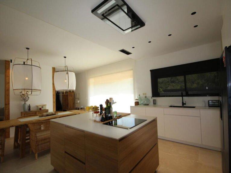 Isla de la cocina en un chalet de nueva construcción en venta en Jávea - Atina Inmobiliaria
